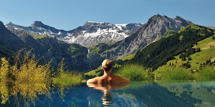 Kvapą gniaužiantis viešbutis Šveicarijos kalnuose