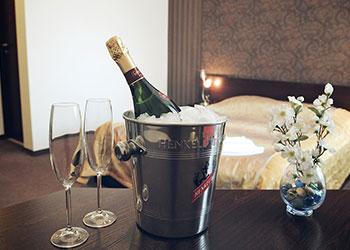 Romantikos poilsis su putojančiu vynu ir staigmena