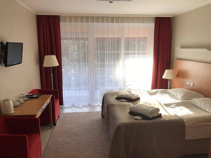 Atvykę įsikursite jaukiame STANDARTINĖS klasės ~24/30 m² kambaryje, kuriame bus dvi atskiros arba viena dvigulė lova!