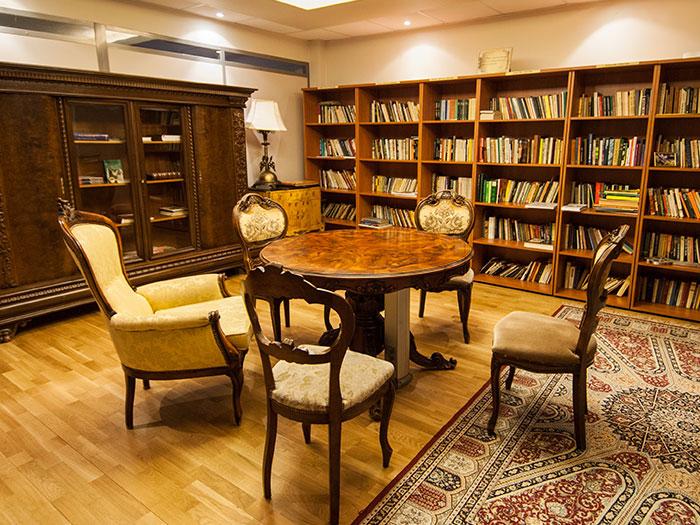 Jei mylite knygas ir mėgstate pasinerti į jų skaitymą, Jūsų laukia jauki viešbučio biblioteka
