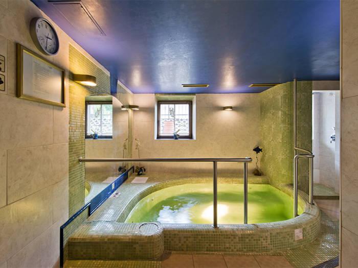 Mėgausitės burbuliukų masažais sūkurinėje vonioje.