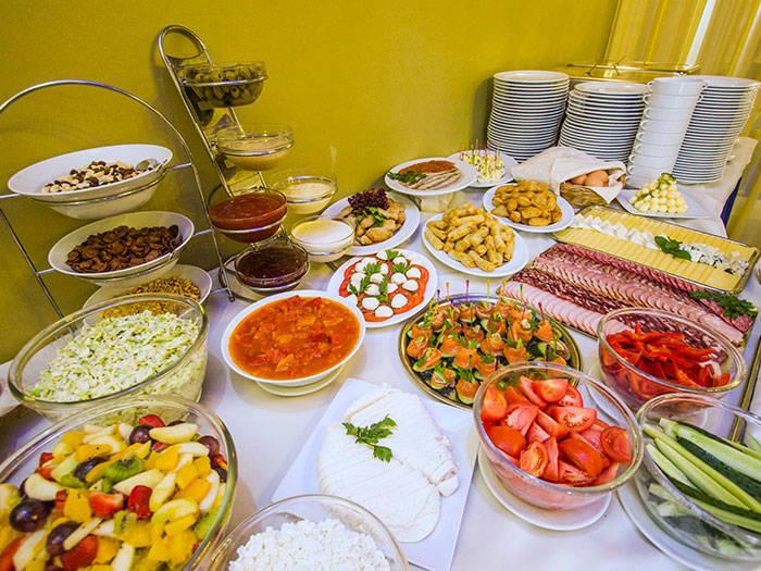 Maisto racionas didelis, todėl galėsite pasilepinti įvairiais patiekalais.