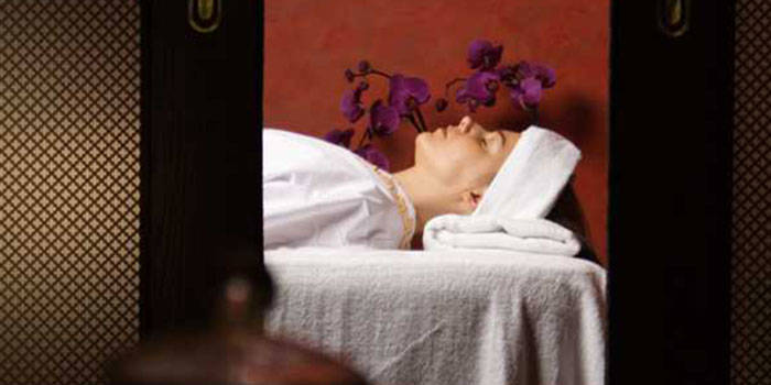Stangrinantis veido masažas su drėkinančia kauke